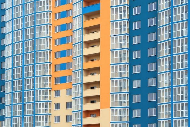 Nuovo grattacielo dipinto in diversi colori