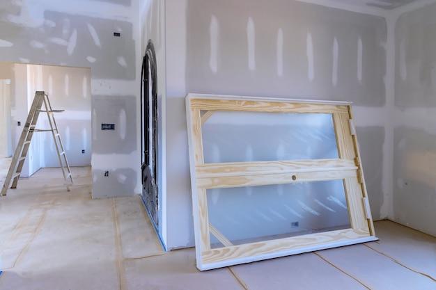 La nuova casa che installa materiale per le riparazioni in un appartamento è in costruzione porta f