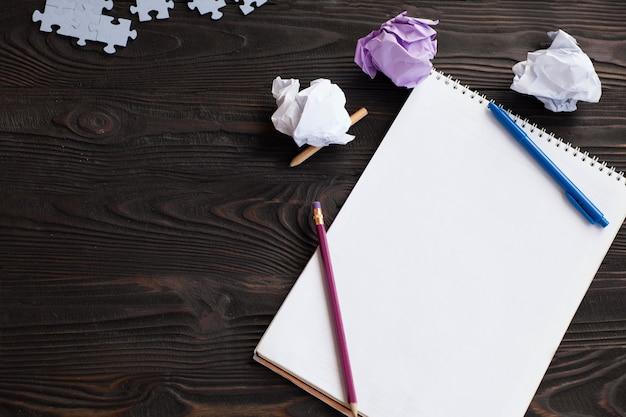 Nuovo concetto di idea con carta da ufficio sgualcita