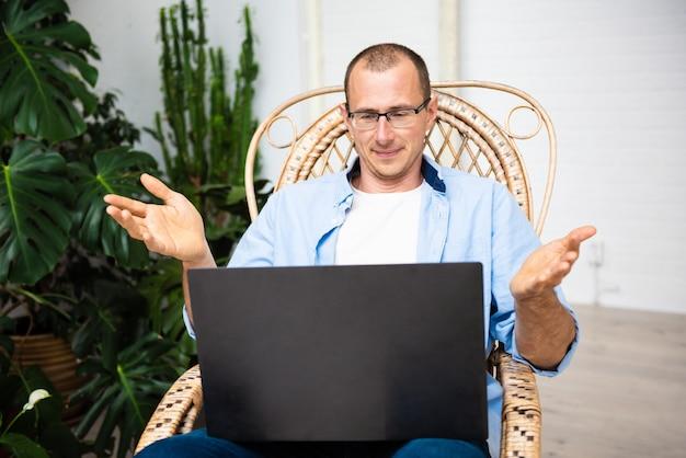 Nuove conoscenze online a casa durante l'autoisolamento
