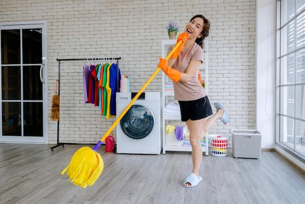Nuova cameriera che combatte con la pulizia della casa