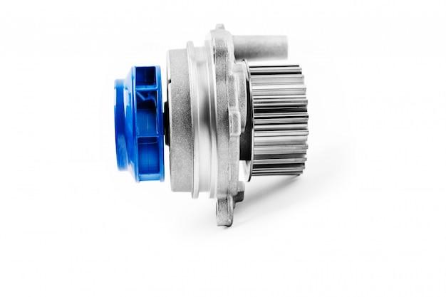 Nuova pompa per automobili in metallo per il raffreddamento di una pompa dell'acqua del motore su uno sfondo bianco.