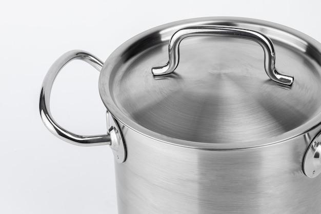 Nuova pentola di cottura in metallo isolato su sfondo bianco