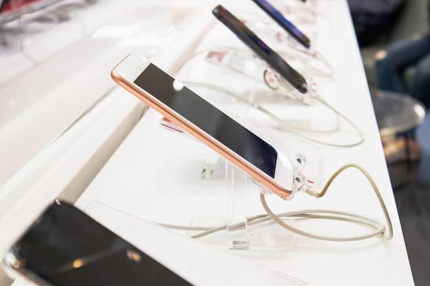 Nuovo spettacolo di smartphone mobile nel negozio di elettronica, gadget digitale per internet e telecomunicazioni