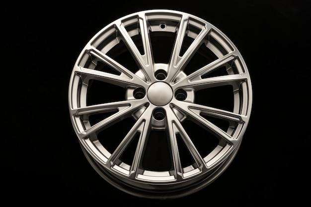 Nuovo e moderno cerchio in lega di close-up su uno sfondo nero. auto bellissima.