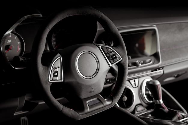 Interni auto nuovi e moderni con sistema touch screen multimediale intelligente e leva del cambio automatico all'interno di un'auto moderna e lussuosa
