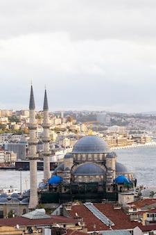 Nuova moschea con lo stretto del bosforo e la città, istanbul, turchia