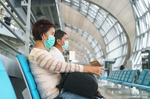 Nuovo stile di vita normale, i viaggiatori aerei devono indossare maschere per proteggere il covid-19