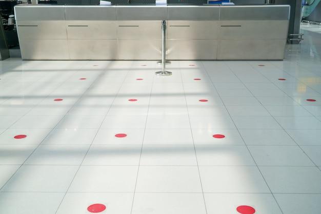 Nuovo normale stile di vita moderno mantieni le distanze per prevenire la diffusione del virus covid nei luoghi pubblici, nei negozi, nelle compagnie aeree. distanziamento sociale e mantenere le distanze.
