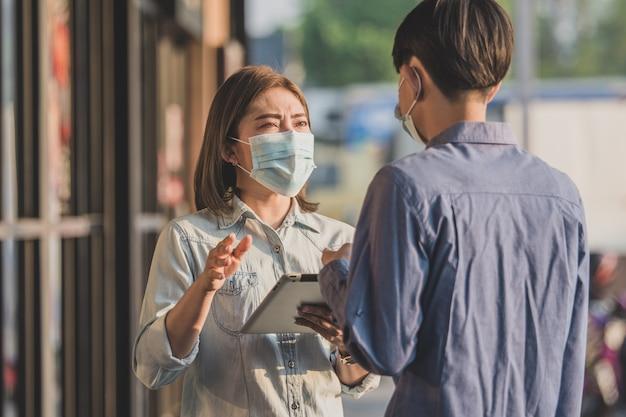 Nuove persone normali che indossano mascherine protettive per il coronavirus