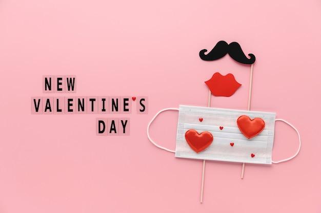Nuovo normale concetto di san valentino. lettering san valentino, maschera protettiva medica