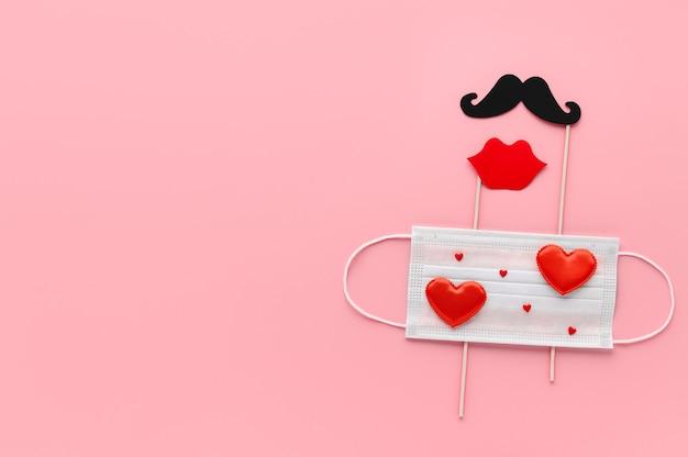 Nuovo normale concetto di san valentino. maschera facciale medica decorata