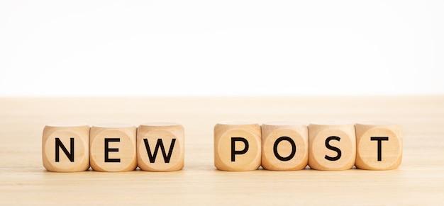 Nuovo messaggio di posta su blocchi di legno sulla tavola di legno. copia spazio.