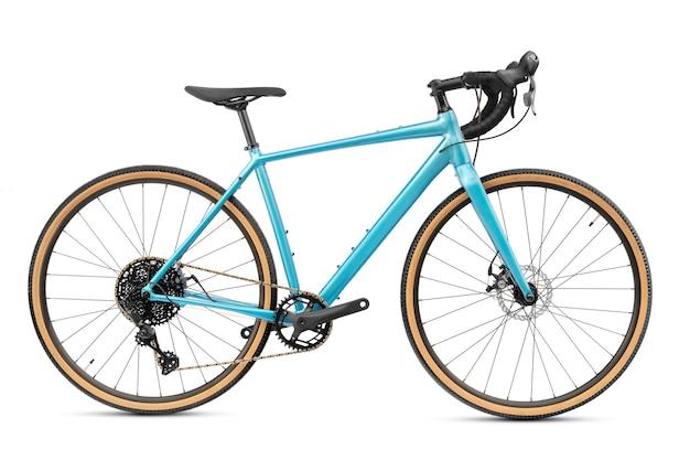 Nuova bici da ghiaia professionale o bici da strada con cornice blu isolata su sfondo bianco. sport attivo e ricreativo.