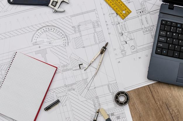 Sviluppo di nuovi progetti, ingegnere sul posto di lavoro. vista dall'alto