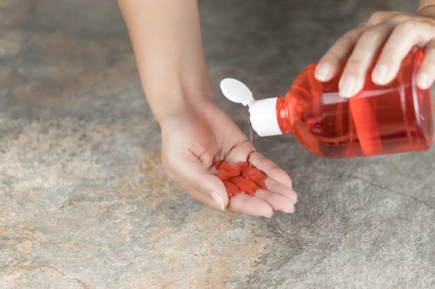 Nuovi articoli da toeletta di realtà per mantenere le mani pulite con sapone liquido