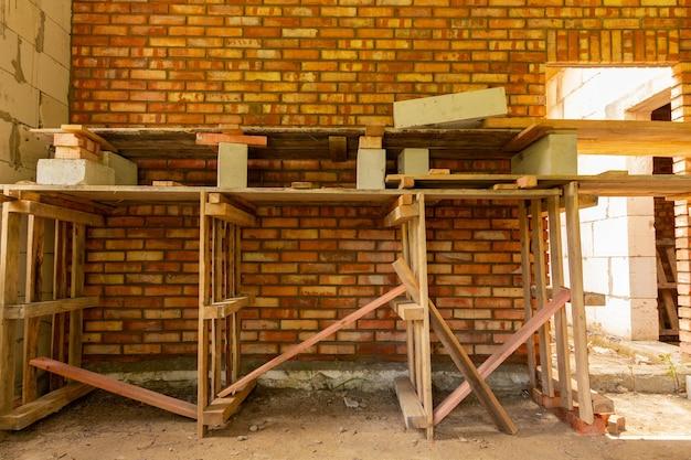 Nuovo muro di mattoni rossi. il processo lavorativo.