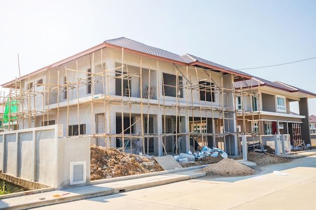 Nuova costruzione di stile contemporaneo della casa residenziale in corso al cantiere con cielo blu