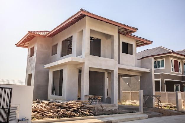 Nuova casa residenziale edificio in stile contemporaneo in corso in cantiere con cielo blu