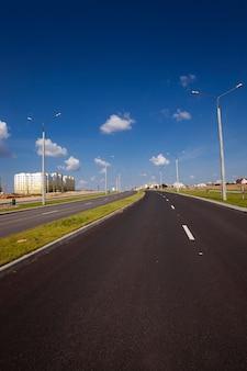La nuova strada - la nuova strada costruita nel nuovo quartiere della città in costruzione