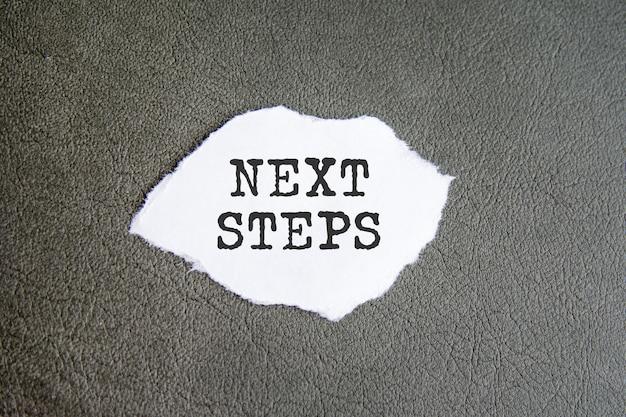 Nuove regole firmare sulla carta strappata sullo sfondo grigio, concetto di business
