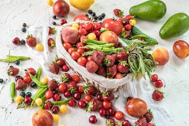 Nuova varietà stagionale di frutta e verdura fresca nel cestino della spesa