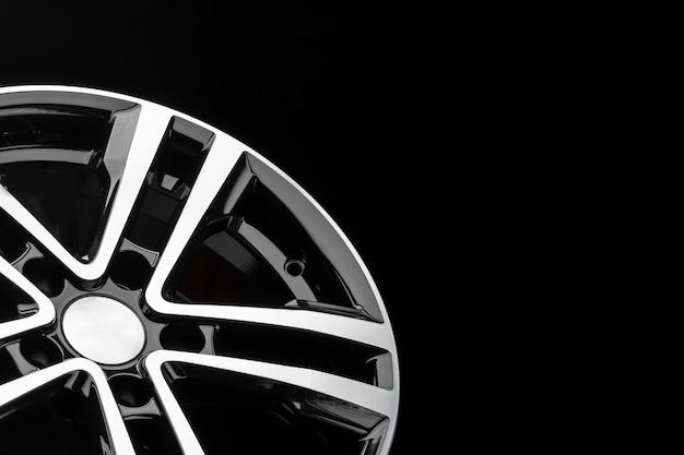 Nuovo cerchio in lega lucida, colore nero con frontale argento. copia spazio, primo piano degli elementi della ruota.