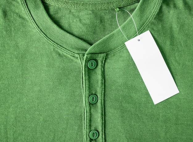 Camicia nuova con cartellino del prezzo in bianco