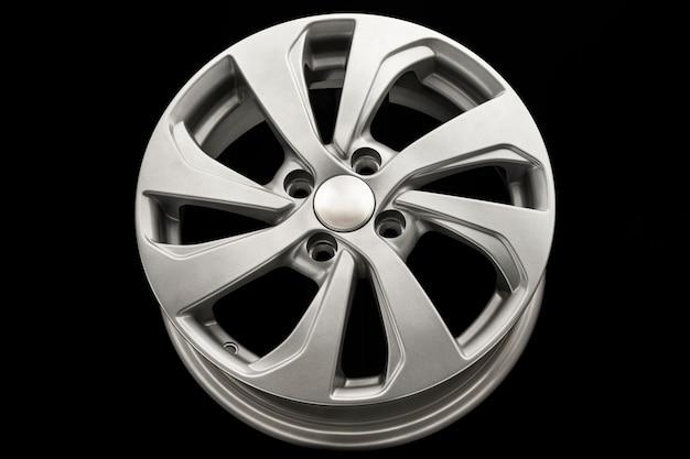 Nuovo disco pressofuso in lega di alluminio argento da vicino.