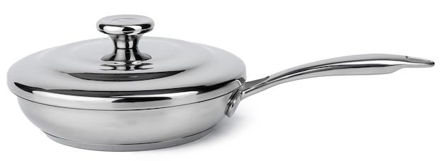 Nuovo casseruola in metallo argento su sfondo bianco