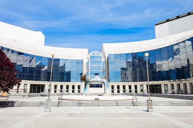 Nuovo edificio del teatro nazionale slovacco a bratislava, in slovacchia. il teatro nazionale slovacco è il più antico teatro professionale slovacco.