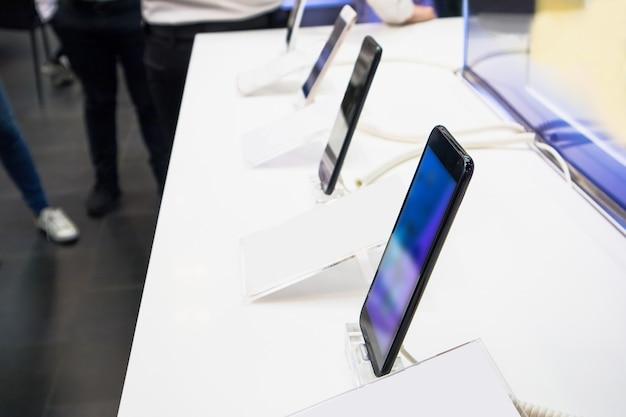 Nuovi smartphone nel negozio di elettronica