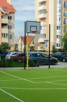 Nuovo campo sportivo con un anello di bassetolo e una copertura verde artificiale in un nuovo complesso estivo residenziale