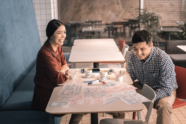 Nuova startup. uomini d'affari creativi che bevono caffè gustosi e pensano alla loro nuova entusiasmante startup