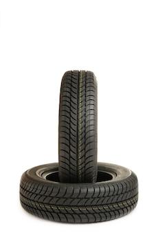 Nuovo mucchio di pneumatici isolato