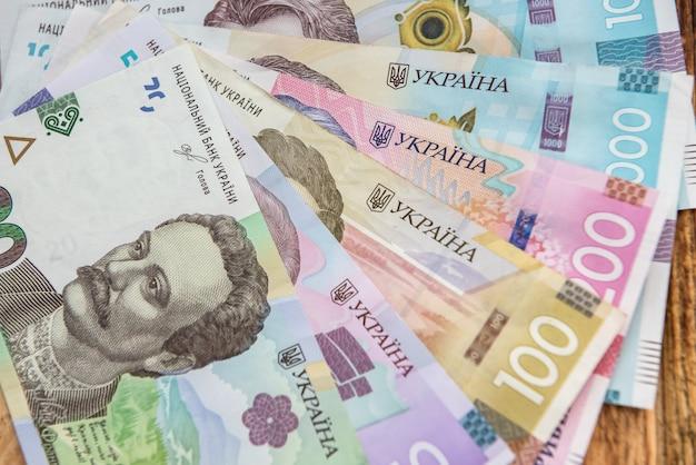 Nuove banconote dei soldi dell'ucraina come sfondo per il design. ah contanti