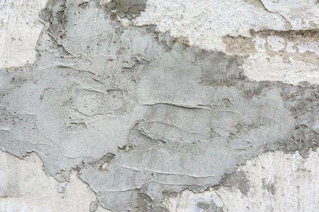 Nuovo strato irregolare di intonaco cementizio sul vecchio muro come sfondo naturale