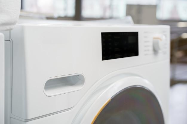 Nuova lavatrice in un negozio di elettrodomestici