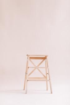 Nuova scala in legno su fondo bianco. scala isolata. spazio per il testo.
