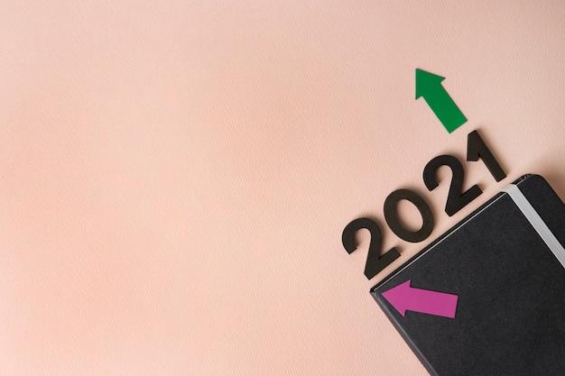 Diario del nuovo anno 2021 sulla superficie rosa