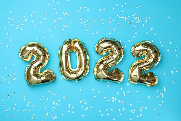 Nuovo anno 2022. palloncini stagnola numeri 2022 su sfondo blu.