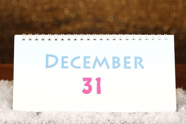 Calendario di capodanno su sfondo dorato lucido