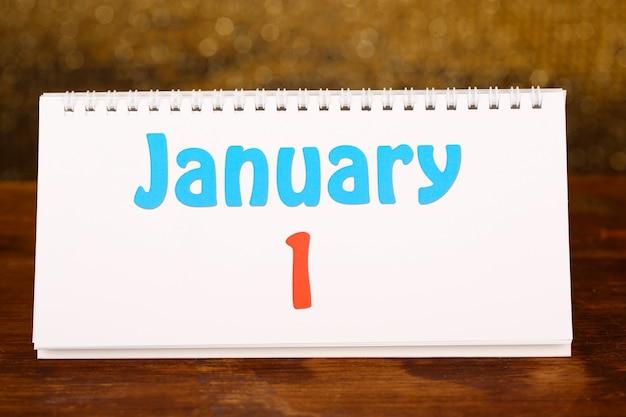 Calendario di capodanno sul tavolo di legno