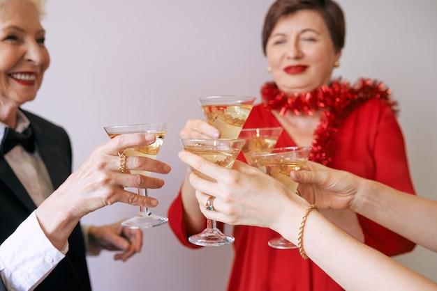 Capodanno festeggiando le mani con bicchieri di spumante bianco