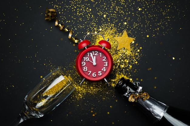 Orologio di celebrazione del nuovo anno su una tavola nera