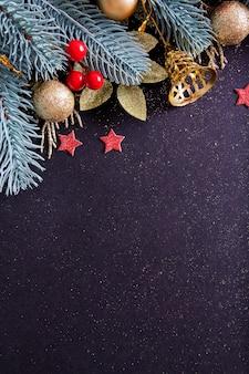 Spazio in bianco di natale del nuovo anno decorato con i rami degli alberi, la campana, le stelle con lo spazio della copia. banner di vacanze invernali