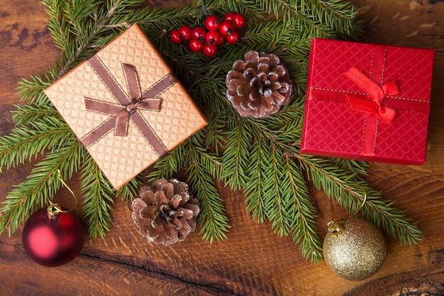 Capodanno o decorazioni natalizie con scatole regalo, candele e palline.