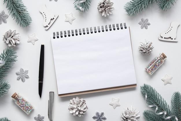 Anno nuovo natale piatto giaceva con vuoto copia notebook spazio stelle fiocchi di neve e decorazioni festive su sfondo bianco