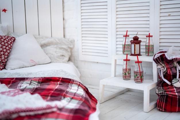 Capodanno, natale, interni, decorazioni, vacanze, inverno, felicità, famiglia, la mattina dopo natale. soggiorno con decorazioni natalizie. design d'interni festoso