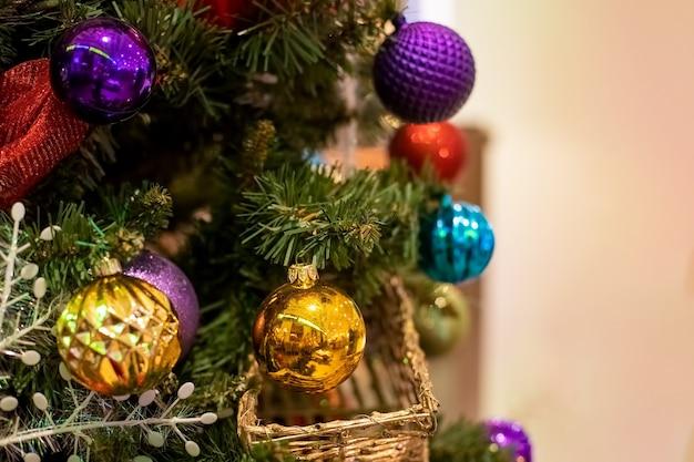 Albero di natale di capodanno decorato con palline colorate ravvicinate, messa a fuoco morbida, sfondo sfocato
